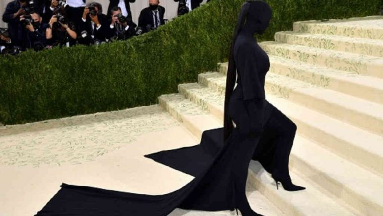 """Kim Kardashian covers herself entirely in black, a homage to """"the black one"""""""